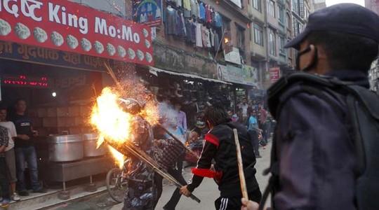 Nepal: Thiêu sống cảnh sát để phản đối chính phủ