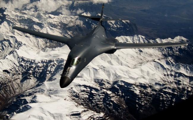 """Sức mạnh đáng sợ của """"quái vật ném bom"""" B-1 Lancer Mỹ"""