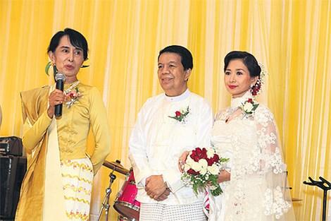 bs tin myo win (giua) la mot nguoi than tin cua ba aung san suu kyi.