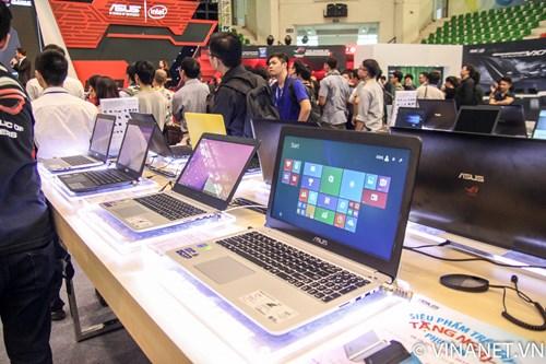 loat laptop asus cung duoc trung bay phuc vu viec trai nghiem