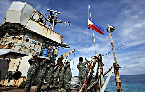 binh si philippines tren con tau brp sierra madre - anh: reuters