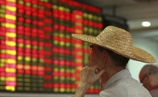 Nhà đầu tư chứng khoán nhỏ lẻ ở Trung Quốc lại lo sợ mất tiền thêm lần nữa - Ảnh: Reuters