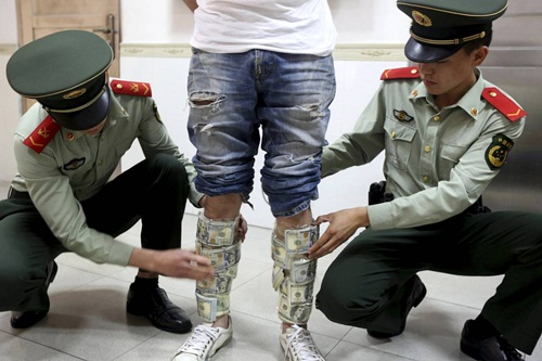 Người Trung Quốc tìm cách chuyển tiền ra nước ngoài
