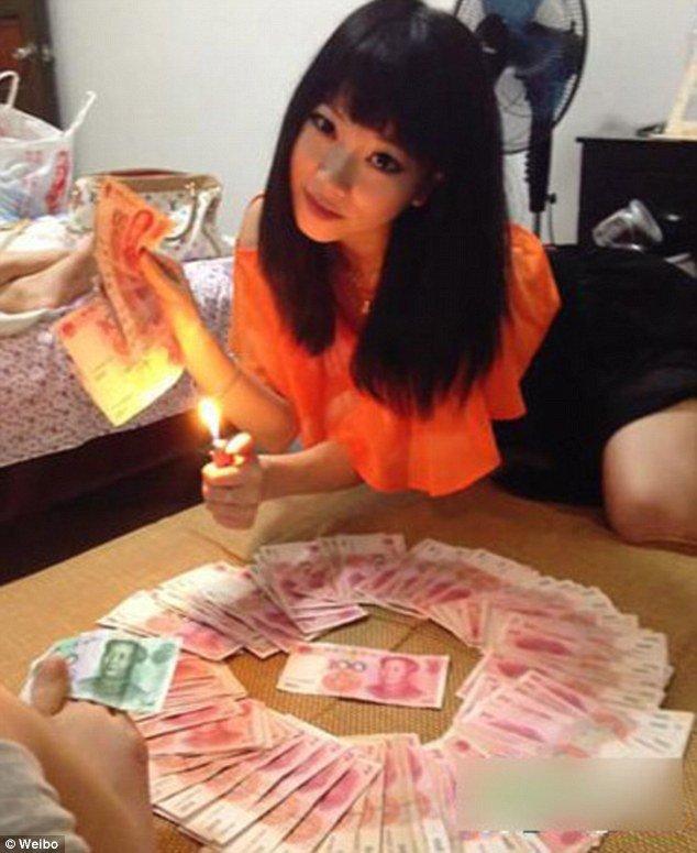 mot tieu thu trung quoc khoe su giau co bang cach dot tien - anh: weibo