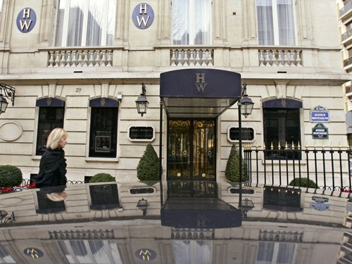 in a high stakes smash-and-grab, four men wearing wigs and female clothing entered a harry winston jewelry store in a posh paris neighborhood in 2008 and stripped it bare. french authorities believe it was an inside jobthe robbers called store employees by their first names and knew exactly where to find its secret storage boxes, according to the guardian. anh: ap