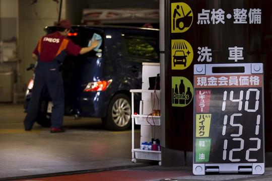 Giá dầu lao dốc: Lợi thì có lợi...