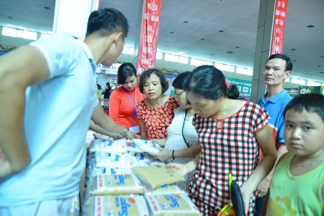 Hàng nghìn người dân Hà Nội chen chân mua sắm hàng Việt