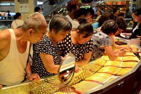 khach hang xem day chuyen vang tai cua hang trang suc tai hua xuong, ha nam ngay 12/8/2015 (anh: reuters)