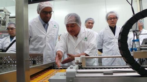 ban lanh dao q.b. food gioi thieu he thong robot cho pho thu tuong singapore tharman shanmugaratnam - anh: bo cong thuong singapore
