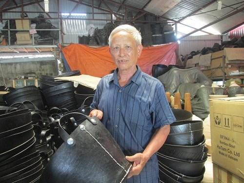 Lão nông kiếm chục tỷ mỗi năm nhờ lốp cao su hỏng