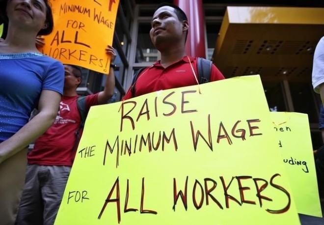 Tăng lương tối thiểu có thực sự giúp ích cho người nghèo?