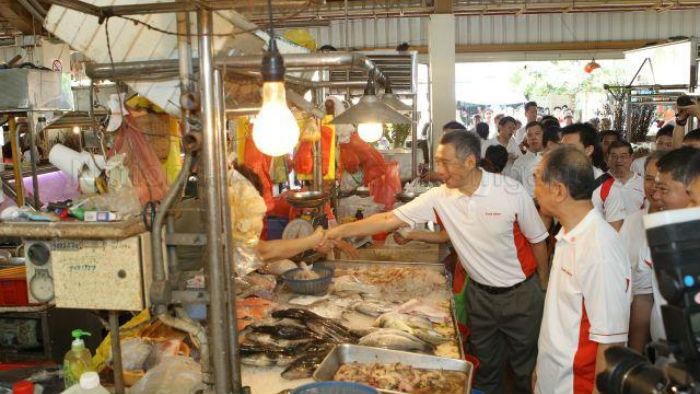 thu tuong singapore khong ngan ngai bat tay tham hoi nguoi ban ca o cho - anh: trang web chinh phu singapore