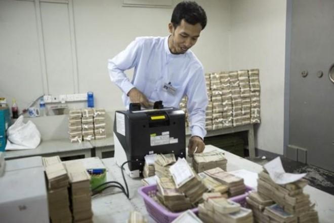 """Myanmar """"sốt"""" ngoại tệ chợ đen"""