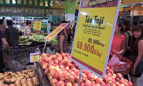 Nghịch lý: Hoa quả ngoại vào siêu thị, hoa quả Việt chọn vỉa hè