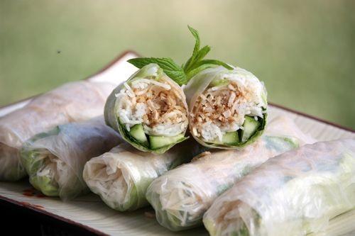 bi cuon an kem bun, rau song cham cung nuoc mam pha chua ngot an khong bi ngan.