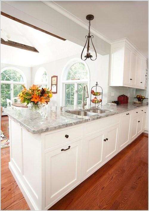 Cách phối vật liệu trong gian bếp hiện đại với màu trắng chủ đạo