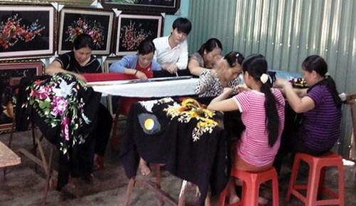 tung (ao trang) dang chi dan cho tho theu tranh