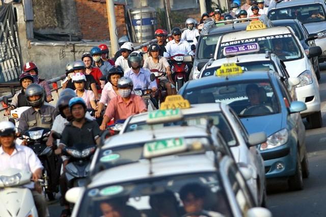 """Uber và GrabTaxi """"bật"""" lại cáo buộc trốn thuế"""