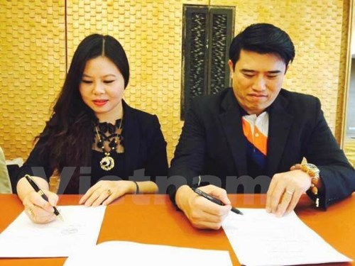 ong jaresak songwutwichai (g-tech group) va ba le thi phuong (cong ty dau tu thuong mai va du lich anh thu) ky ket hop dong dau tu, tai thai lan. (anh: pv/vietnam+