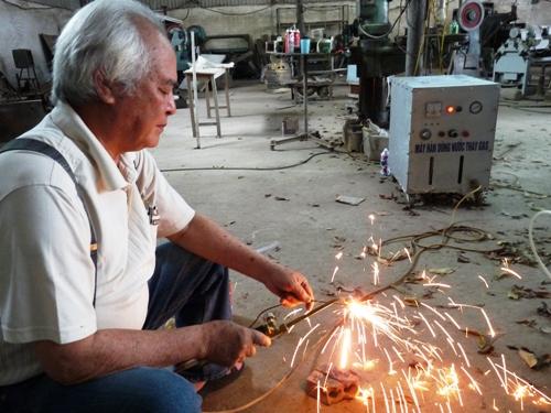 Ông lão chế máy độc quyền tách hydro từ nước