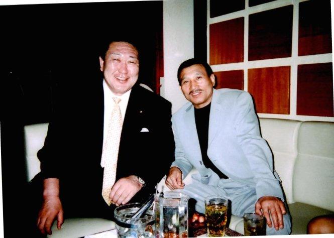 pho chu tich uy ban olympic nhathidetoshi tanaka (trai) bi phat hien chup anh chung voi mot ong trum yakuza - anh: vice news